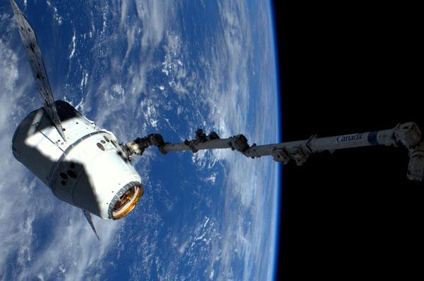 Dragon při misi COTS Demo 2+ u ISS