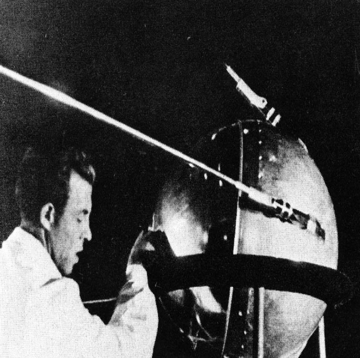 Technik provádí jednu z posledních kontrol před připojením Sputniku-1 k nosné raketě. Traduje se, že Koroljov těsně před připojením ještě jednou nechal zapnout vysílač a na chvíli se zaposlouchal do jeho pípání. I pragmatický Koroljov tušil, že stojí na prahu historického okamžiku…