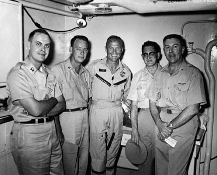 John Glenn (uprostřed) s lékařským týmem na lodi USS Randolph  po přistání mise MA-6.