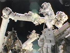 Sunita Williamsová a Akihiko Hoshide během kosmického výstupu