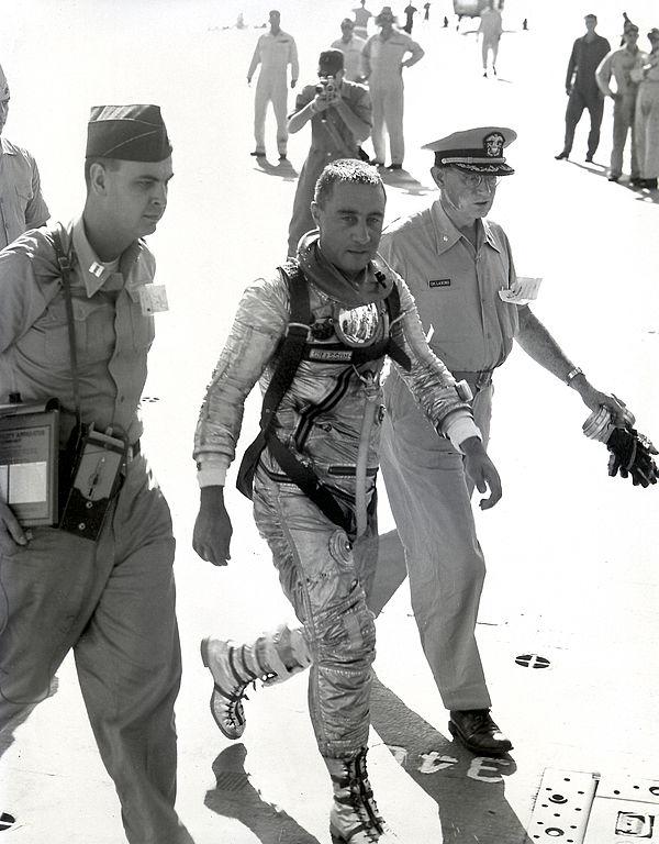 Vyčerpaný a vystresovaný Grissom po vyzvednutí z vody kráčí po palubě USS Randolph.