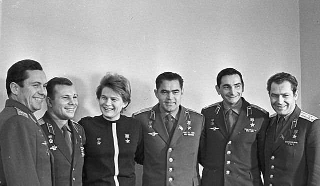 Kompletní sestava kosmonautů programu Vostok. Zleva: Popovič (Vostok-4), Gagarin (Vostok-1), Těreškovová (Vostok-6), Nikolajev (Vostok-3), Bykovskij (Vostok-5), Titov (Vostok-2)