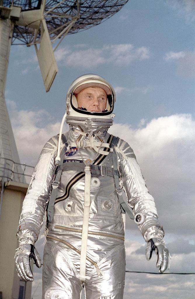 John Herschel Glenn jr. ve svém skafandru, který byl odvozen z modelu Goodrich U.S. Navy Mark IV