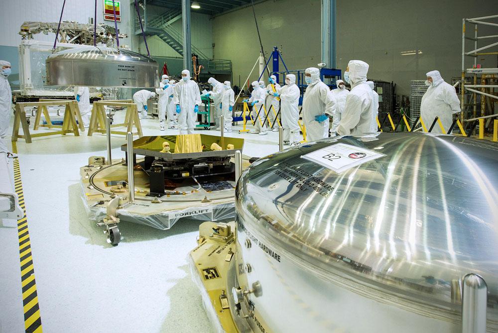Tým odborníků vybaluje zrcadla pro dalekohled Jamese Webba