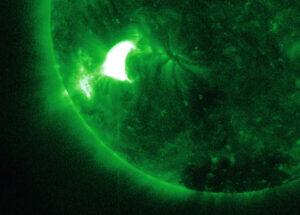 Sluneční erupce v rentgenovém oboru. Na snímku jsou vlastně vidět atomy železa rozpálené na 6 milionů stupňů.