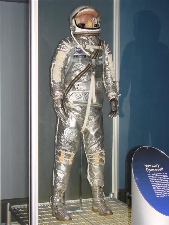 Originál skafandru, který měl Grissom na sobě při misi MR-4. Na břiše je zřetelný ventil přívodu kyslíku, který se mu málem stal osudným.