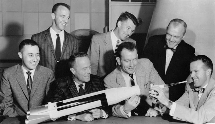 "První sedmička amerických astronautů- ""The original seven"". Zleva: Grissom, Shepard, Carpenter, Schirra, Slayton, Glenn, Cooper."
