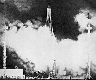 Sputnik-1 na špici rakety R-7/A začíná cestu do vesmíru a do historie