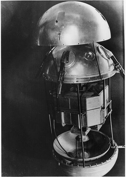 Maketa Sputniku-1 v rozloženém stavu. Je patrné, že první družice měla jen rudimentární přístrojové vybavení, zhruba uprostřed jsou zřetelné osmihranné vysílače.