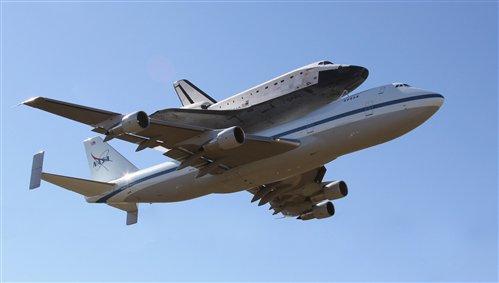Raketoplán Endeavour míří vstříc Los Angeles