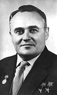 Strůjce prvotních sovětských úspěchů v dobývání vesmíru a muž, který poslal do vesmíru první satelit, prvního živého tvora a prvního člověka - Sergej Pavlovič Koroljov.