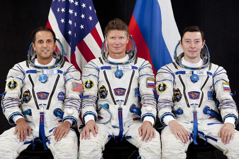 Posádka Sojuzu TMA-04M Zleva: Joe Acabá - Gennadij Padalka - Sergej Revin