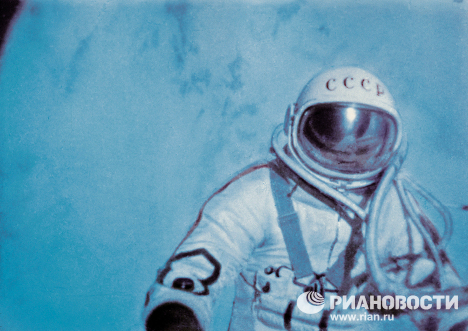 Alexej Leonov během historicky první kosmické vycházky ve volném prostoru.