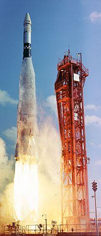 Start Atlasu s cílovým tělesem Agena, určeným pro Gemini-VI. Za několik minut Agena vybuchne a přinutí tak NASA k hlubokému zamyšlení a přepracování plánů.