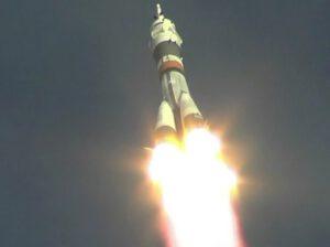 Pár vteřin před oddělením postranních motorů rakety Sojuz