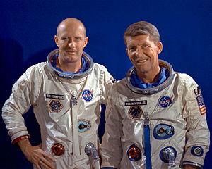 """Posádka Gemini VI, posléze přejmenované na Gemini VI-A: vlevo """"Drmola"""" Stafford, vpravo vtipálek Schirra."""