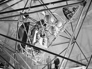 """Obávaný a nenáviděný simulátor MASTIF v Daytonském Lewis Research Center. Jednalo se o kabinu, umístěnou v závěsech, které umožňovaly svobodu pohybu okolo všech tří os. Prošli jím všichni astronauti Mercury, a ačkoli Armstrong ani Scott do něj nikdy neusedli, dokonalou nápodobu jeho """"oběti"""" jim poskytla rotace jejich Gemini."""
