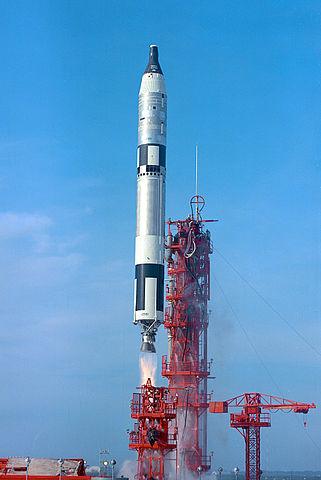 15. prosinec 1965- Wally Schirra a Tom Stafford se konečně vydávají do vesmíru na palubě Gemini VI-A, aby vykonali průlomový jednodenní let s prvním rendez-vous ve vesmíru. Tentokrát vše klaplo na jedničku.