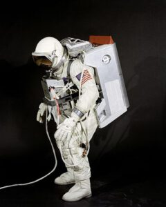 """Skafandr G4C firmy David Clark Company v úpravě pro Gemini-VIII: na hrudi je připevněn ELSS, na zádech pak """"batoh"""" ESP, vzdálený předek pozdějších """"měsíčních"""" batohů PLSS. Celek působí poměrně těžkopádně a je otázkou, zda by při plánovaném průběhu mise bylo možné splnit všechny úkoly plánované na EVA. Problematika výstupů do prostoru byla v té době trochu podceňována, své by mohl vyprávět (což také posléze učinil) například Gene Cernan."""