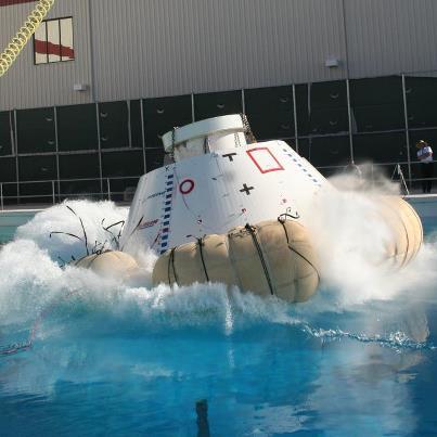 CST-100 po přistání na vodní hladinu