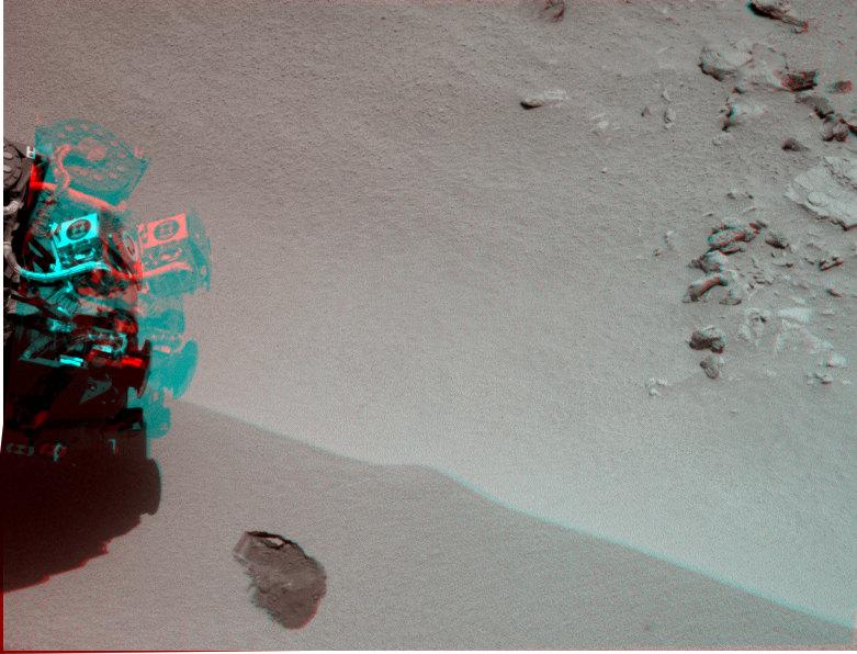 Robotická paže právě odebrala první dávku písku z duny v oblasti Rocknest.