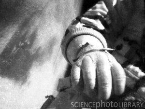 Záběr na ruku A. Leonova během vycházky. Za povšimnutí stojí nafouknuté prsty na rukavici, Leonov nebyl schopen dotknout se špičkami prstů jejich konečků. Nemohl tak pořádně ohnout a sevřít ruce. Podobně na tom byl i ohledně bot, v tomto případě to ale nebylo tak závažné, jako právě u rukavic.