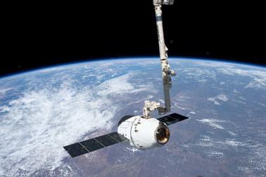 Dragon zachycený robotickou paží u ISS