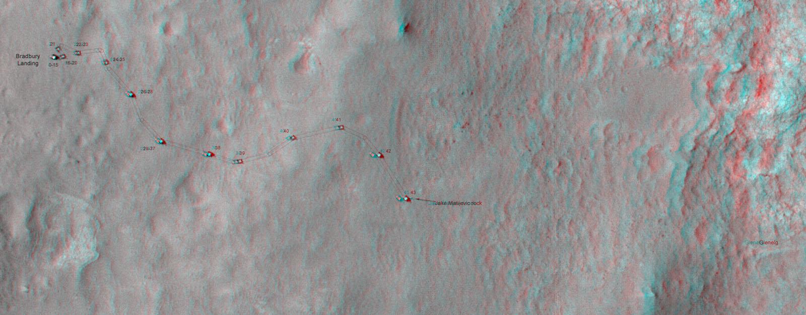 Snímek z oběžné dráhy, který ukazuje cestu vozítka Curiosity v prvních dnech na Marsu, kdy dojelo ke kameni Jake Matijevic. Povšimněte si zejména nerovného terénu v oblasti Glenelg.