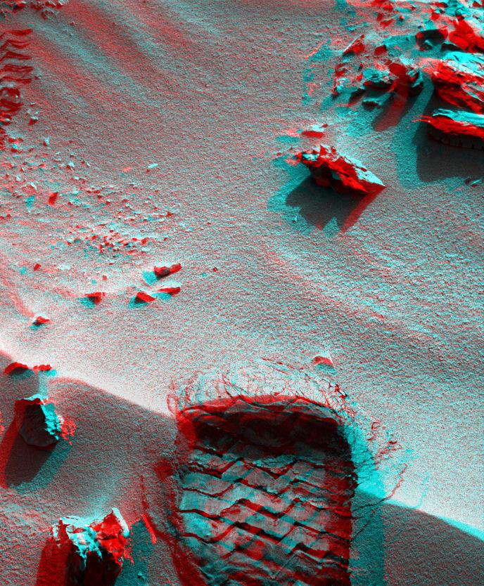 Vozítko Curiosity se dostalo k písečné duně Rocknest a zajelo do ní svým kolem.
