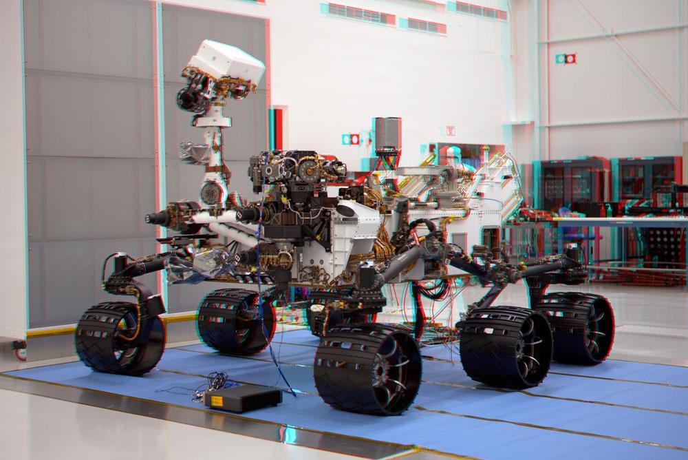 Autor fotek - rover Curiosity v plné kráse. Toho času ještě v montážní hale.