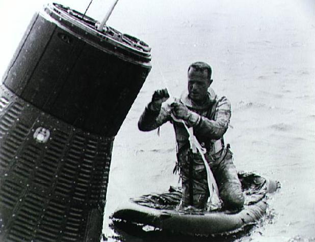 Scott Carpenter během výcviku. Zhruba takovýto pohled se naskytl žabím mužům, které zhruba 40 minut po přistání kabiny shodil na místo vrtulník, aby zajistili loď i Carpentera proti potopení na dno Atlantiku.