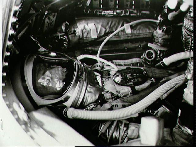 Carpenter během výcviku v simulátoru Mercury. Všimněte si stísněného prostoru v kabině. Astronauti žertem říkávali, že do Mercury člověk nenastupuje, ale obléká si ji.