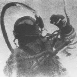 Alexej Leonov při prvním výstupu do volného kosmu