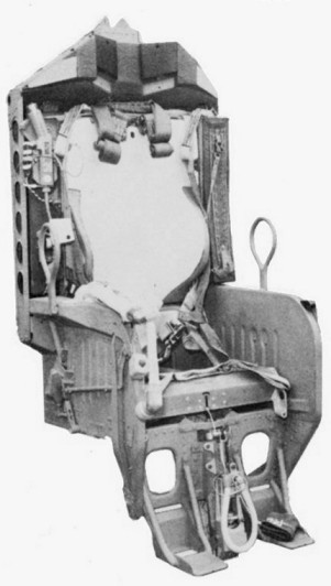 Katapultážní křeslo Gemini. Povšimněte si katapultážního madla, které visí na lanku z hrany sedáku. Tohle madlo bude zanedlouho předmětem, který bude rozhodovat o životě a možné smrti posádky Gemini VI-A.