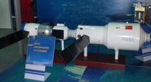 Model stanice Tiangong-2 s připojenou lodí Šen-čou. Na pravé straně vidíte druhý stykovací uzel.