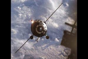 Přibližování lodě Progress z okna ISS
