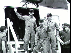 Posádka Apolla-13 vystupuje ze záchranného vrtlníku na palubu USS- Iwo Jima