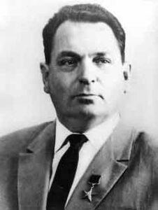 """Vasilij Pavlovič Mišin- nástupce Koroljova. Nedokázal být natolik silnou vůdčí osobností, jakou byl legendární """"S.P."""", jak se přezdívalo Koroljovovi, a to se mu později stalo osudným."""