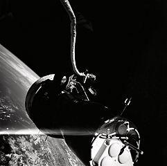 """Kabina Gemini z pohledu Cernana. Jedná se o jeden z mála snímků, které Geno během své vycházky pořídil.Všimněte si spojovacího lana, které Cernan překřtil na """"zlomyslného hada""""."""