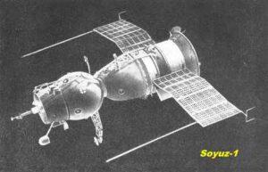 Kosmická loď Sojuz. Vlevo vejčitý orbitální modul se stykovacím zařízením, uprostřed návratový modul ve tvaru zvonu a na něj vpravo navazuje válcovitý servisní modul se solárními panely.