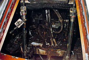 Pohled do nitra ohněm sežehnuté kabiny Apolla-1. Požár byl velmi prudký, ale také poměrně krátký a nestačil tak astronautům ublížit plameny. Popáleniny, které posádka utržila, by zcela jistě přežila. Zabil je oxid uhelnatý, necelou půlminutu od vzniku požáru byli všichni tři již pravděpodobně v bezvědomí.