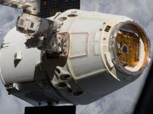 Kosmická loď Dragon zachycena pomocí robotické paže