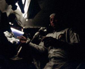 Jim Lovell v potemnělém interiéru LM. Podmínky byly opravdu spartánské.