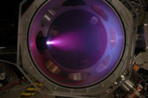 Snímek z vysokorychlostní kamery zachycující 10 mikrosekund trvající impuls plazmy ve viditelném světle