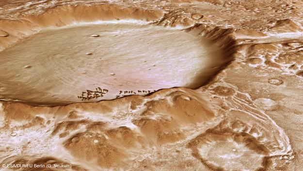 Zasněžený kráter v Charitum Montes