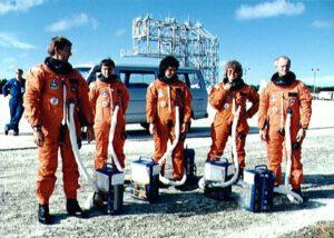 Posádka mise STS-34 v roce 1989 pózuje s kanystry PEAP