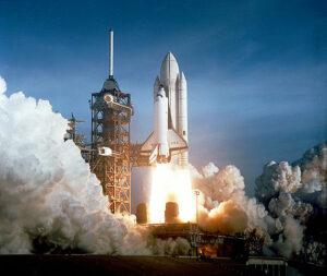 Startovni sestava shuttlu: orbiter na hřbetě obří nádrže ET, po stranách motory SRB.