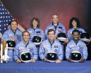 Posádka STS-51L: (nahoře zleva) Onizuka, McAuliffe, Jarvis, Resnik;(dole zleva) Smith, Scobee, McNair