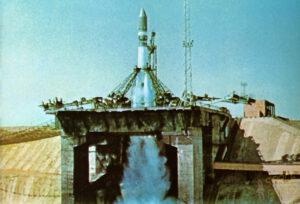 Start Vostoku- nalevo je patrná záchranná síť
