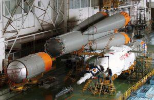 Koncepce nosné rakety Sojuz se od uvedení do provozu příliš nezměnila: vzadu jsou vidět čtyři bloky 1. stupně navěšené na 2. stupeň. Na jeho konci je příhradové konstrukce, ke které se připojí 3. stupeň (v popředí) a samotná loď Sojuz se záchranným systémem SAS (vpravo).